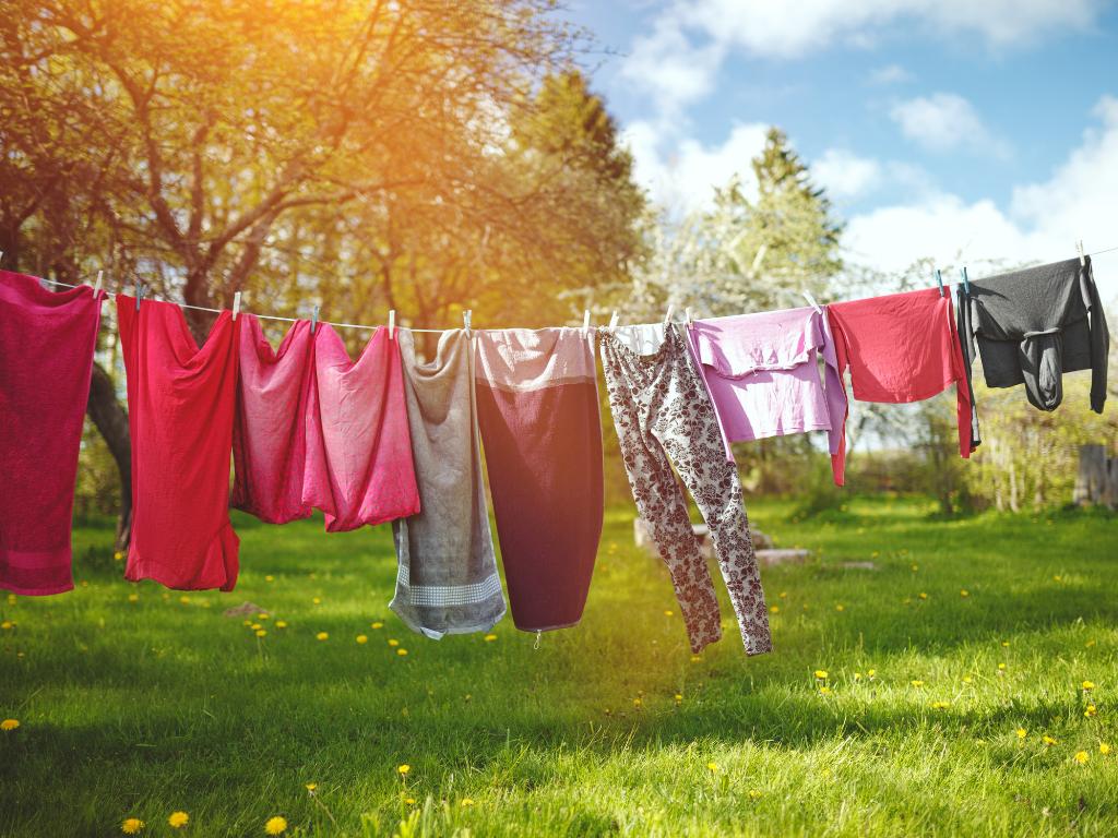 Phơi quần áo khử mùi hôi cơ thể